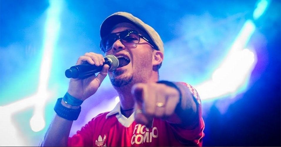 Alexandre Pessoal, conhecido como Gugu, é vocalista do grupo de pagode Fica Comigo, que faz sucesso no Rio de Janeiro