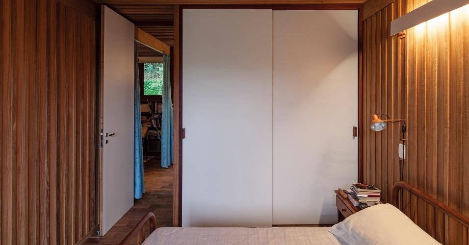Com atmosfera acolhedora, o dormitório do casal está próximo à saleta íntima e ao hall do pavimento superior. O projeto da Casa Vila Taguaí é da arquiteta Cristina Xavier e do engenheiro Hélio Olga