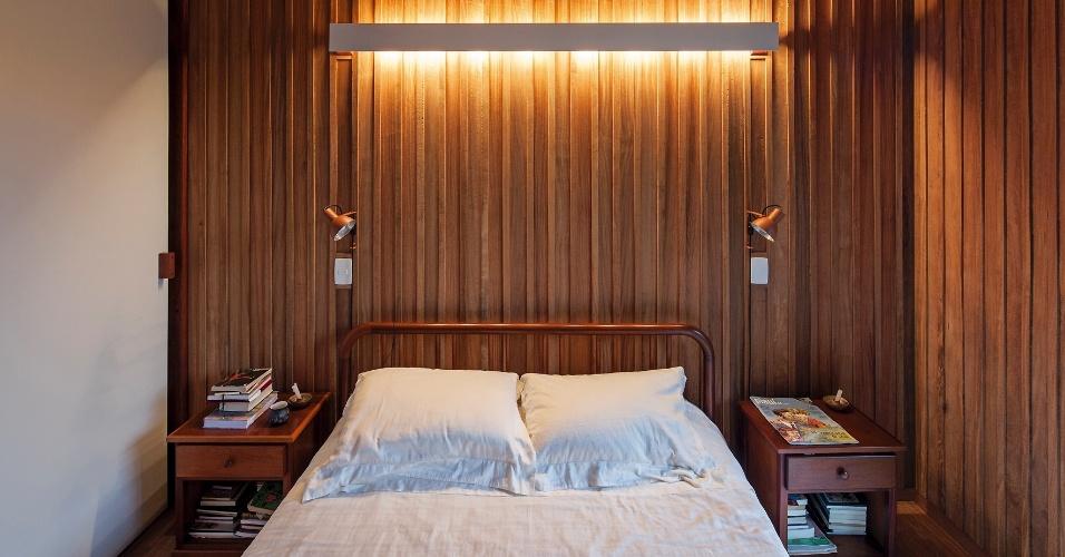 Os painéis de cumaru formam a estrutura da casa e ditam a decoração dos ambientes. Sem nenhum tratamento, a madeira combina com qualquer material, inclusive com o laminado branco do armário do dormitório do casal. O projeto da Casa Vila Taguaí é de autoria dos profissionais Cristina Xavier e Hélio Olga