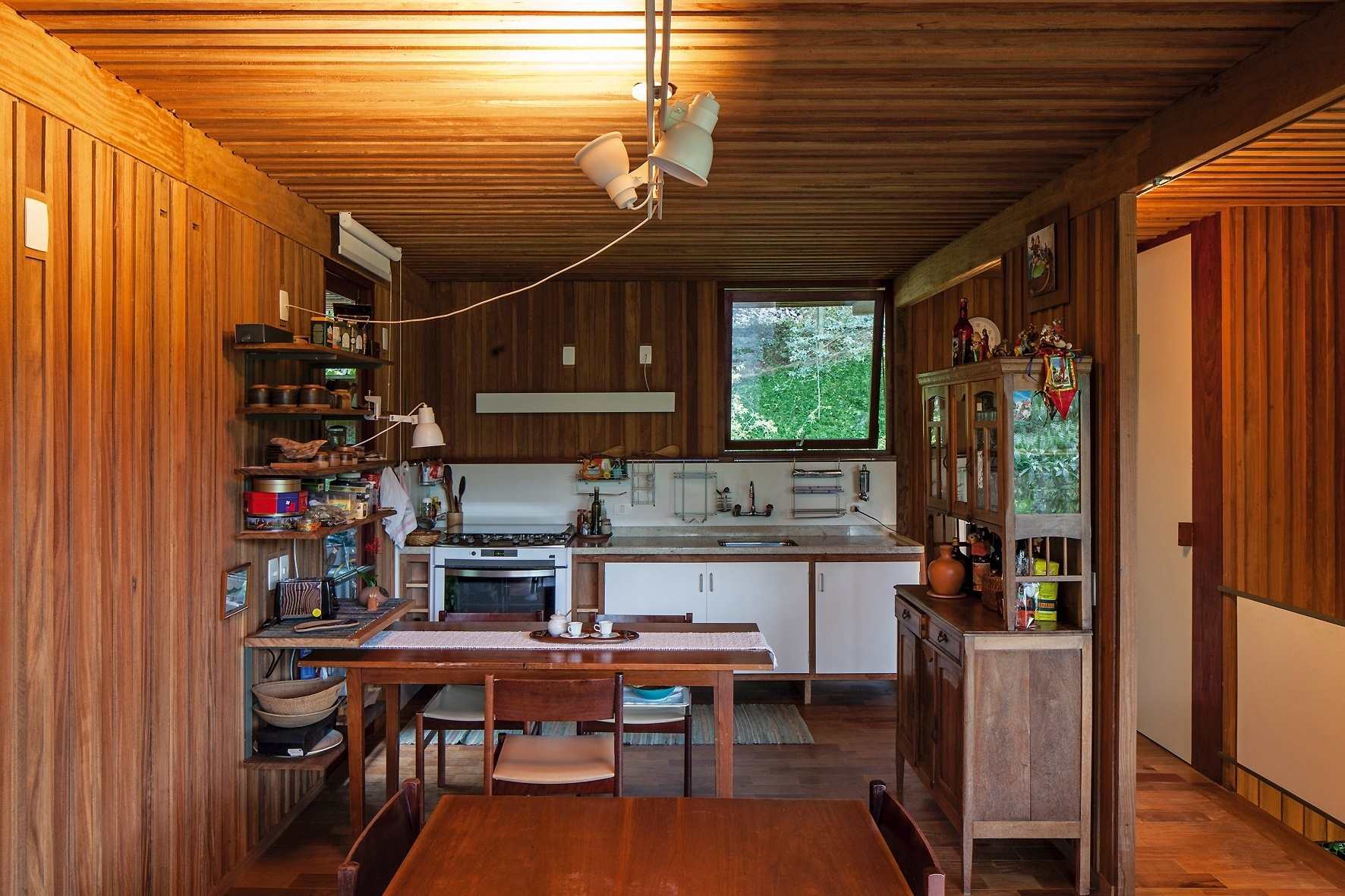 se a porta de vidro que separa a cozinha da lavanderia além da mesa  #B44F11 1772x1181