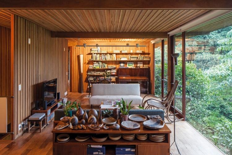decoracao de interiores em casas de madeira:Em meio à mata, vila reúne casas em madeira sustentável – Casa e