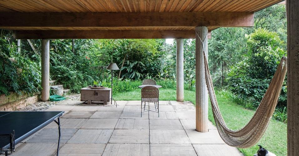 O terraço, no pavimento inferior, é totalmente aberto para o exterior. Nesse piso é possível ver os pilotis (colunas) de concreto que sustentam a casa. No forro foi usada a madeira cumaru; as vigas estruturais são de jatobá. O projeto da Casa Vila Taguaí, localizada em Carapicuíba (SP), é uma parceria da arquiteta Cristina Xavier e do engenheiro Hélio Olga