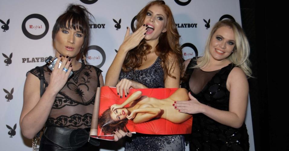 """13.mai.2014 - A ex-BBB Amanda Gontijo recebe Serginho, do BBB10, e Paulinha, do BBB11, no lançamento de sua Playboy """"Dama de Vermelho"""" em festa na Royal Club, na zona sul de São Paulo"""