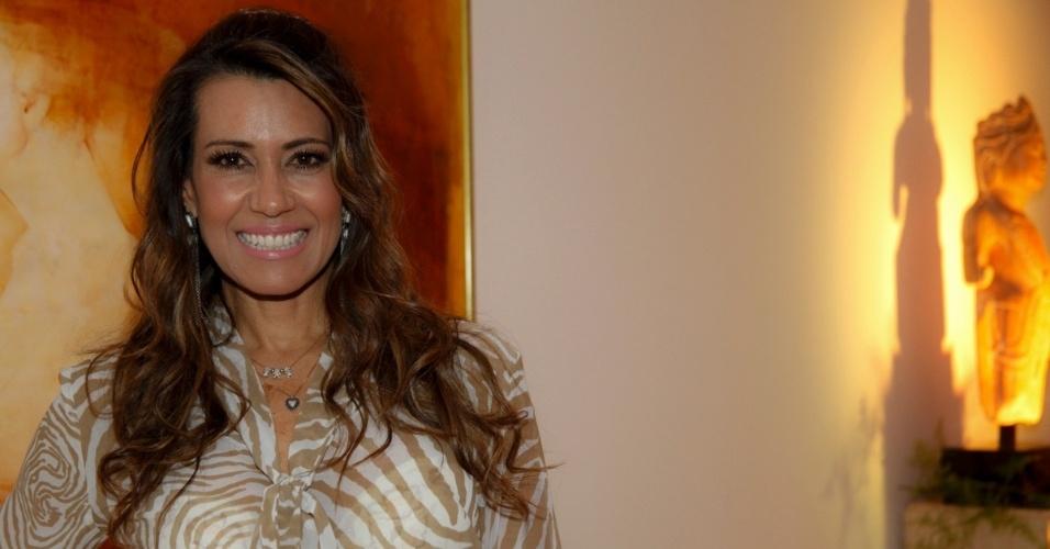 14.mai-2014 - A apresentadora Solange Frazão posa no aniversário do consultor de etiqueta Fábio Arruda em São Paulo