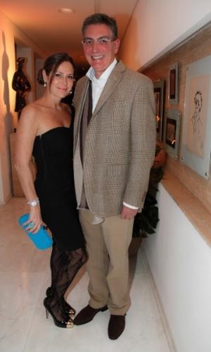 14.mai.2014 - A atriz Gigi Monteiro e o marido, Carlos Lima, vão à comemoração do aniversário do consultor de etiqueta Fábio Arruda em São Paulo