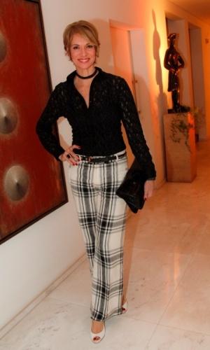 14.mai.2014 - A modelo e apresentadora Laura Wie vai ao aniversário do consultor de etiqueta Fábio Arruda em São Paulo