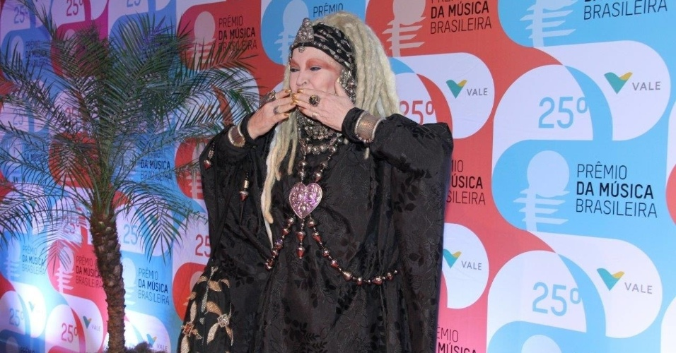 14.mai.2014 - Elke Maravilha manda beijos durante tapete vermelho do 25º Prêmio da Música Brasileira no Rio de Janeiro