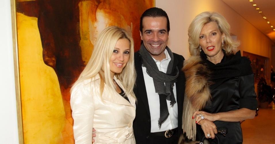 14.mai.2014 - Fábio Arruda posa entre Patrícia e Marina de Sabrit na comemoração do seu aniversário em São Paulo