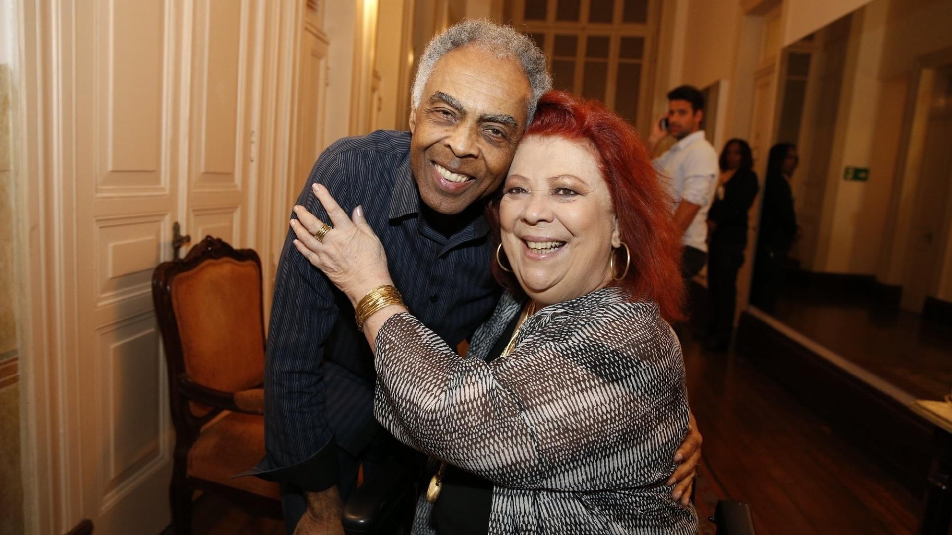 14.mai.2014 - O cantor Gilberto Gil abraça Beth Carvalho nos bastidores do 25º Prêmio da Música Brasileira, no Rio de Janeiro