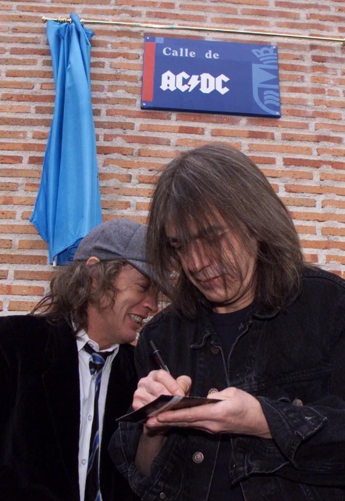 22.mar.2000 - Os irmãos Angus e Malcom Young, do AC/DC, inauguram rua que leva nome da banda em Leganes, na Espanha