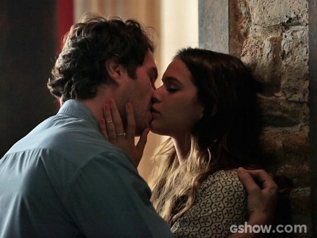 Luiza e Laerte se beijam com muita paixão