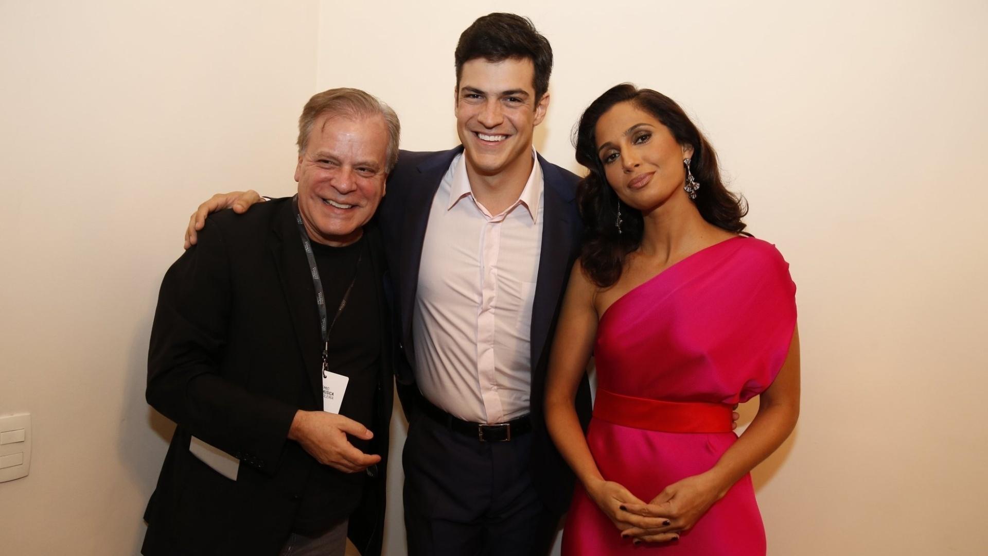 14.mai.2014 - Chico Pinheiro, Mateus Solano e Camila Pitanga confraternizam antes de subirem ao palco do 25º Prêmio da Música Brasileira no Rio de Janeiro