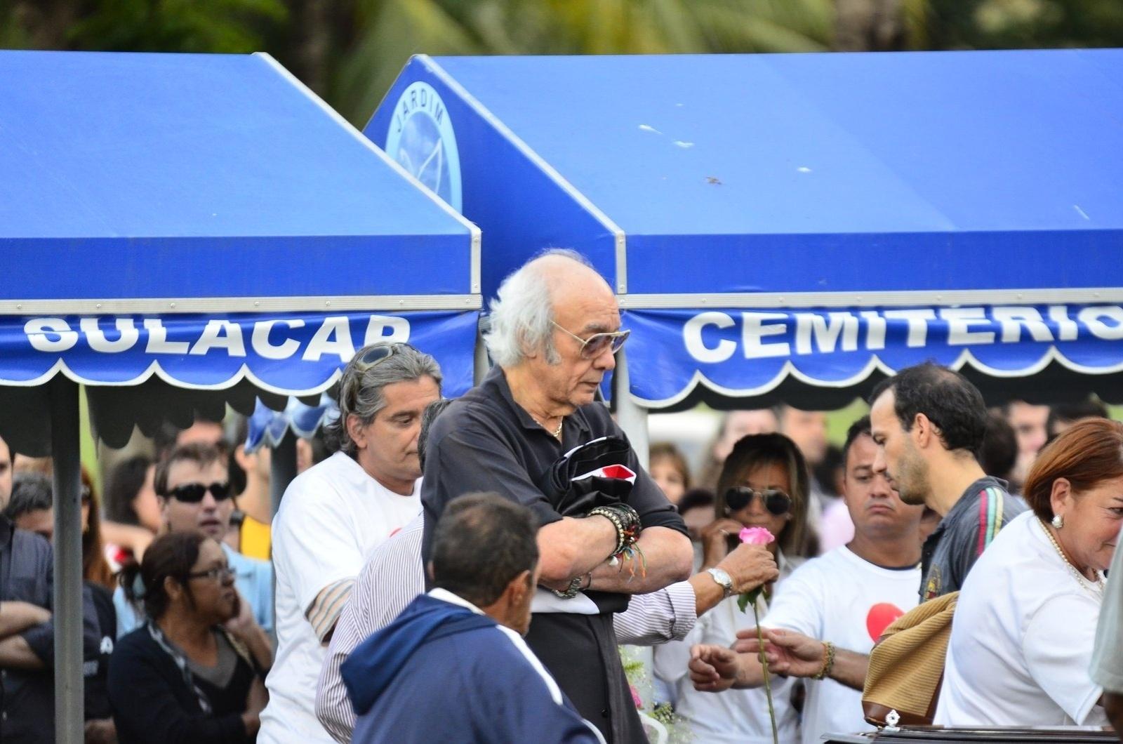 15.mai.2014 - Corpo do filho de Erasmo Carlos Alexandre Pessoal é enterrado no Cemitério Jardim da Saudade, em Sulacap, no Rio de Janeiro