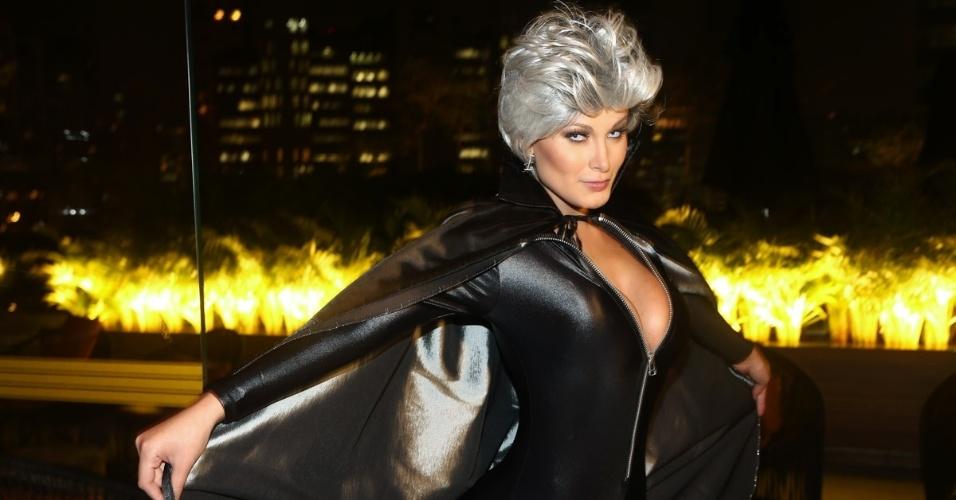 """15.mai.2014 - Vestida de Tempestade, Andressa Urach confere pré-estreia de """"X-Men: Dias De Um Futuro Esquecido"""" em um shopping na Vila Olímpia, em São Paulo"""