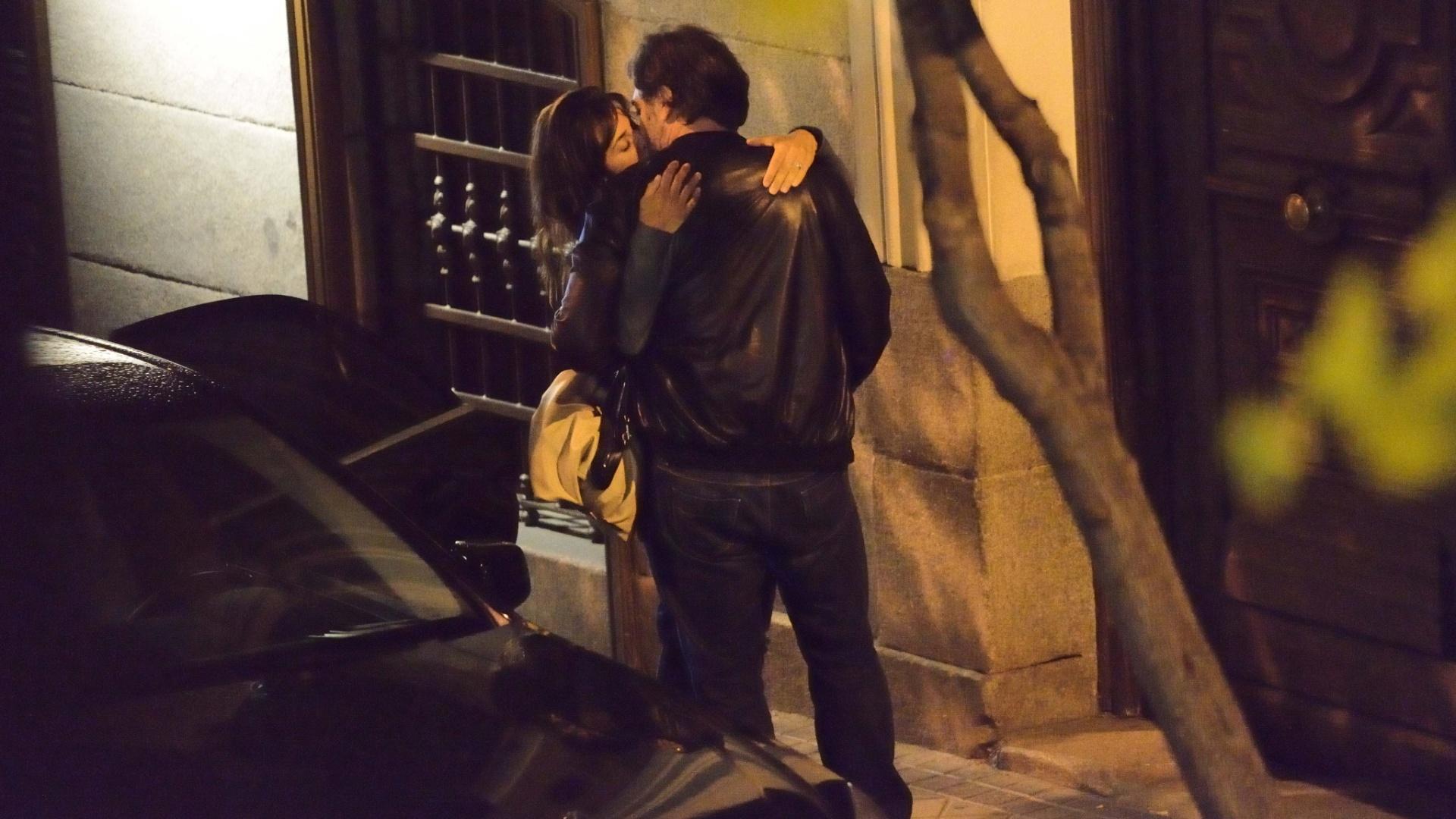 15.mai.2014- Penélope Cruz e o marido, Javier Bardem, são flagrados trocando beijos apaixonados na porta de um restaurante, em Madri, na Espanha. Na ocasião, a atriz estava comemorando seu aniversário de 40 anos