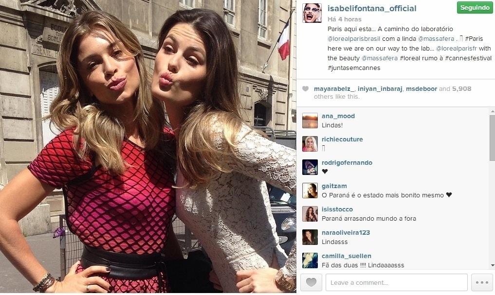 16.mai.2014 - Em Cannes, Grazi Massafera encontrou Isabeli Fontana. As duas fizeram biquinho para a foto.