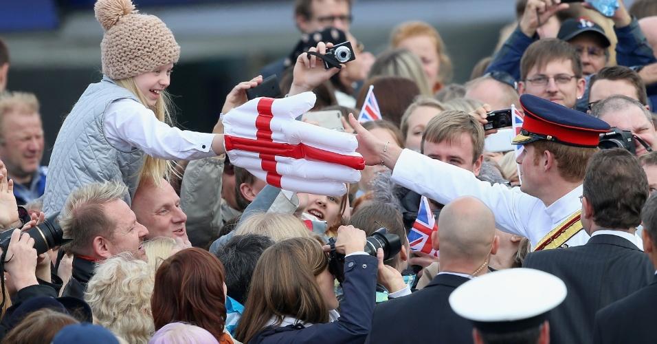 16.mai.2014 - Em visita à Estônia, Príncipe Harry prestou tributo aos soldados mortos na guerra de independência do país. Após a cerimônia, ele cumprimentou o público formado por mais de 300 pessoas. Esbanjando simpatia, o irmão do Príncipe William aproveitou para fazer fotos selfies com os locais