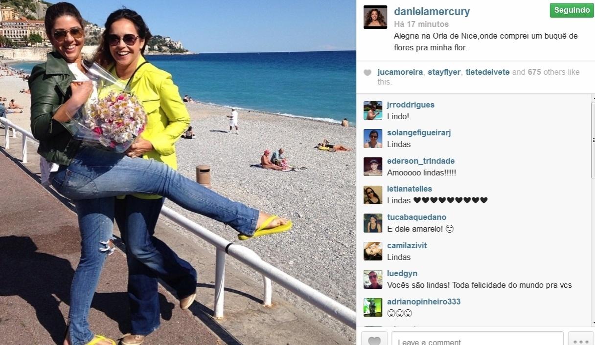 16.mai.2014- Daniela Mercury curte viagem romântica com a mulher, Malu Verçosa na orla de Nice, na França: