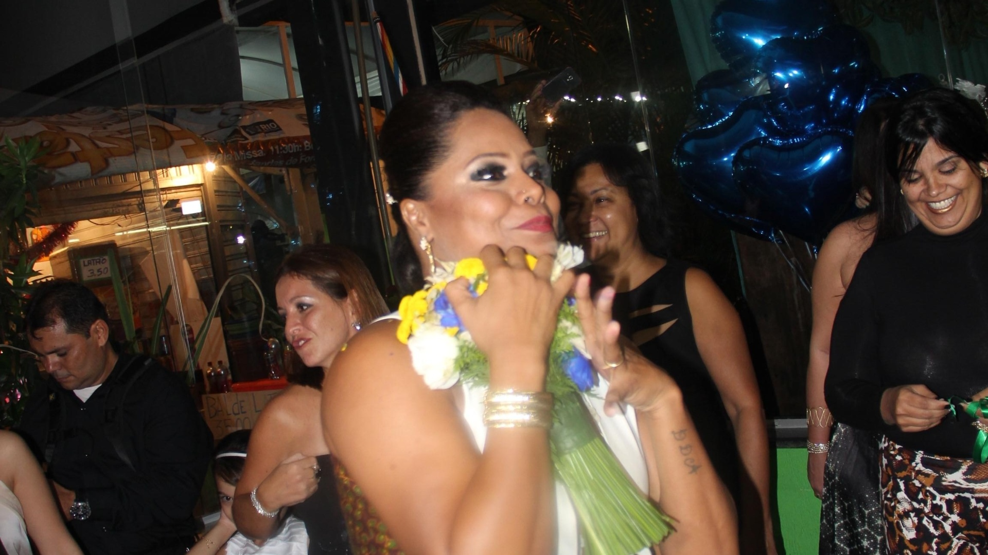 16.mai.2014 - Adriana Bombom vibrou ao pegar o buquê da noiva, Luciana Picorelli