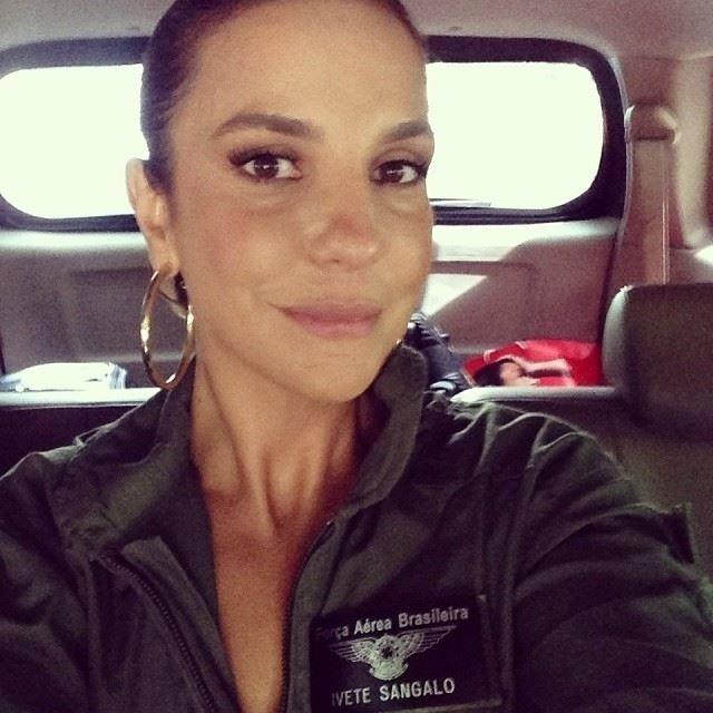17.mai.2014 - Ivete Sangalo agradeceu a homenagem que ganhou da Força Aérea Brasileira (FAB).