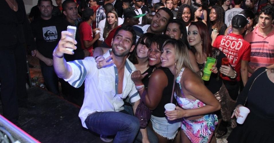17.mai.2014 - O ex-BBB Marcelo se divertiu em uma festa que aconteceu neste sábado em Itaboraí, estado do Rio. O modelo e ator fez selfie com os fãs