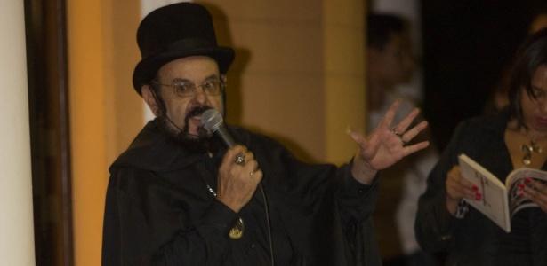 17.mai.2014 - Zé do Caixão se apresenta para público no cemitério da Consolação durante Virada Cultural, em São Paulo