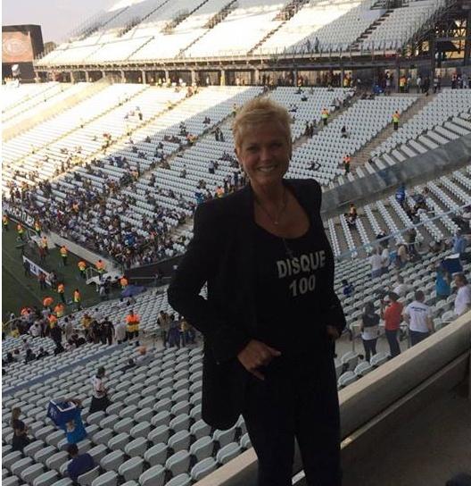 18.mai.2014 - Em campanha contra abuso sexual, Xuxa vai à inauguração do Itaquerão