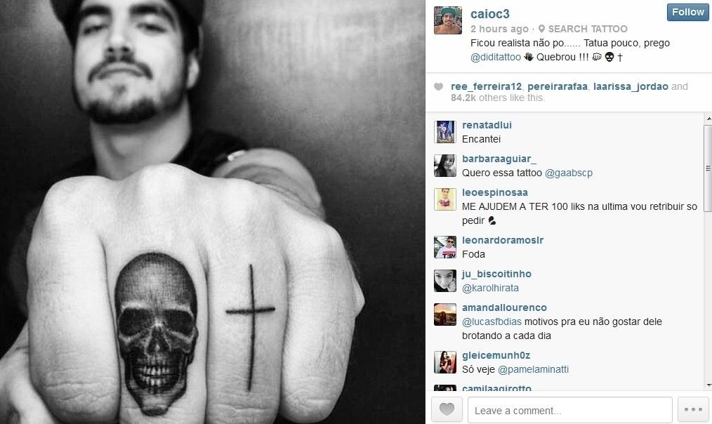 19.mai.2014 - Caio Castro compartilhou com seus fãs imagem da nova tatuagem: um caveira e um cruz nos dedos. De férias desde o fim de