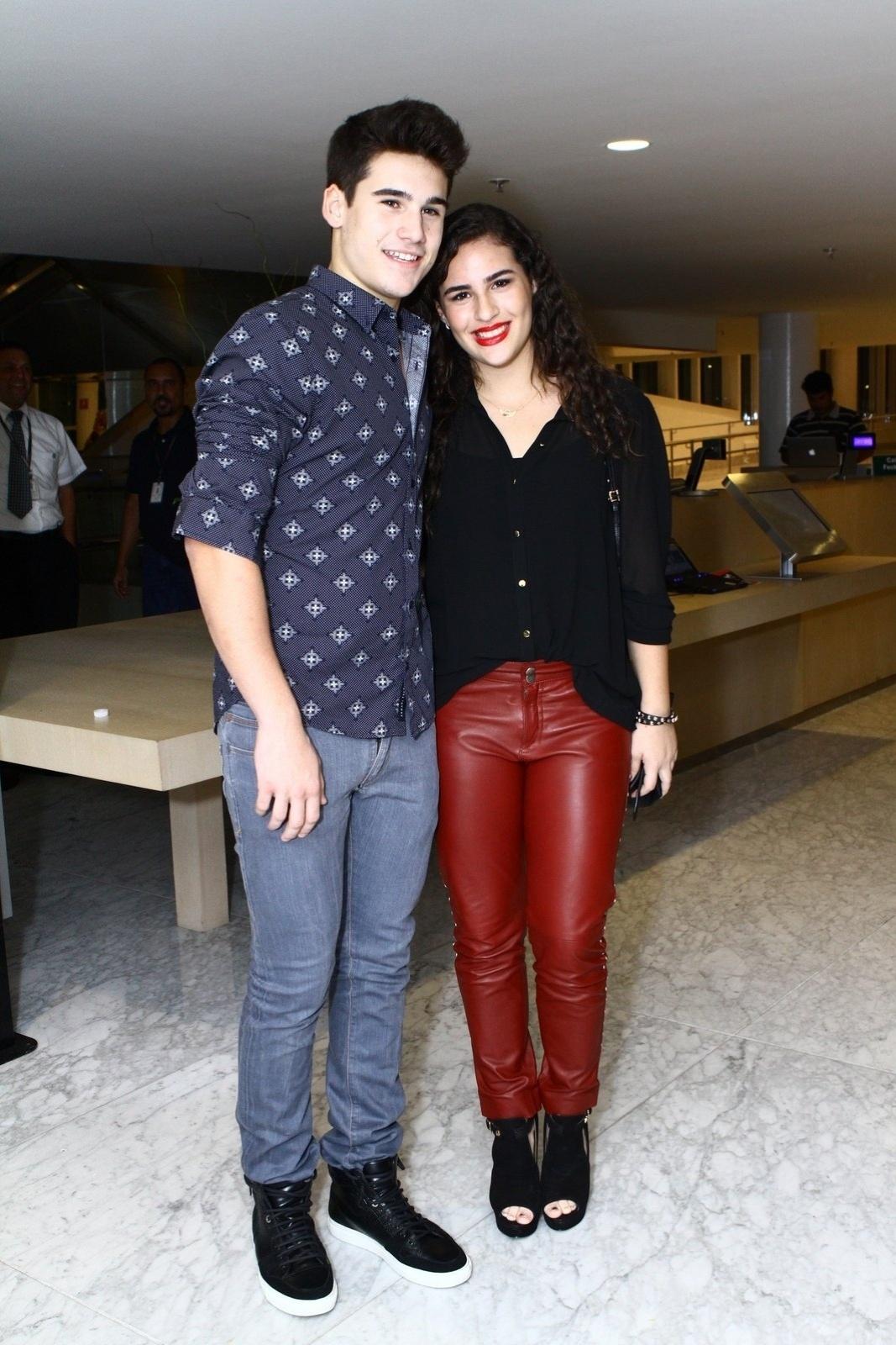 19.mai.2014 - Lívian Aragão e o namorado, Guilherme Prates, prestigiaram a estreia do musical