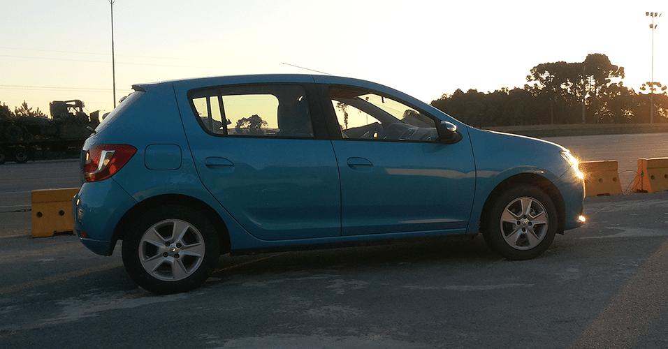 Novo Renault Sandero mostra lateral mais equilibrada que a da primeira geração, com maçanetas integradas às portas; freios traseiros seguem sendo a tambor