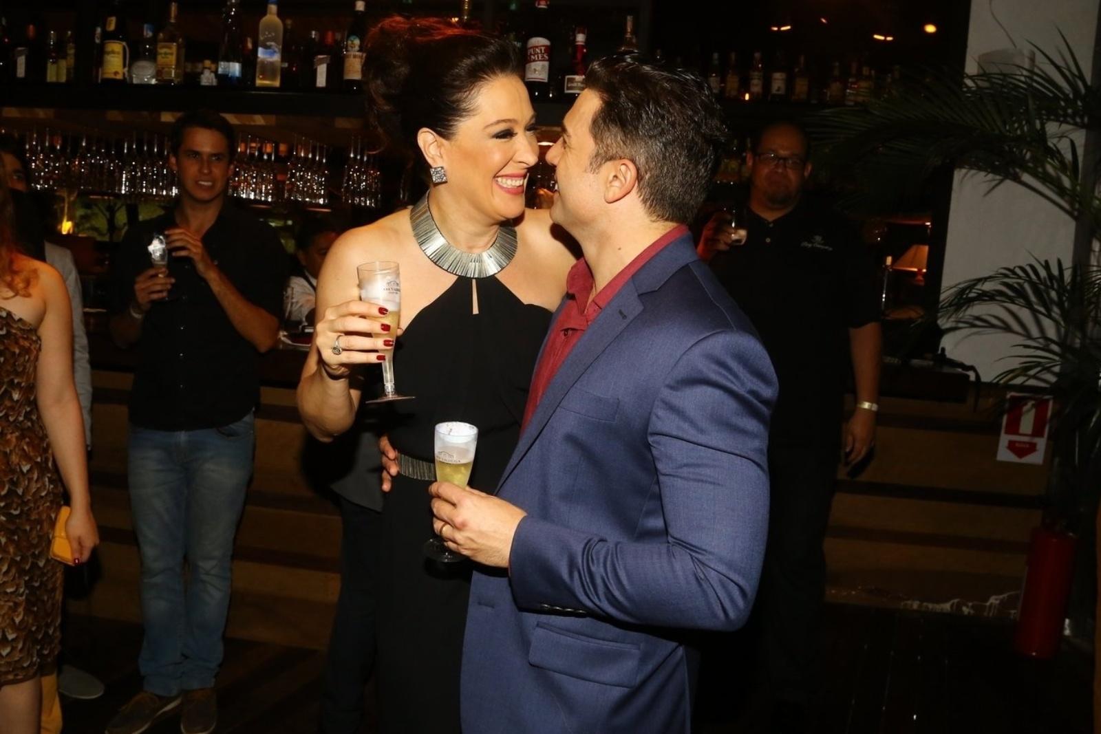 19.mai.2014 - Claudia Raia e Jarbas Homem de Mello comemoram o sucesso da estreia da temporada carioca do musical