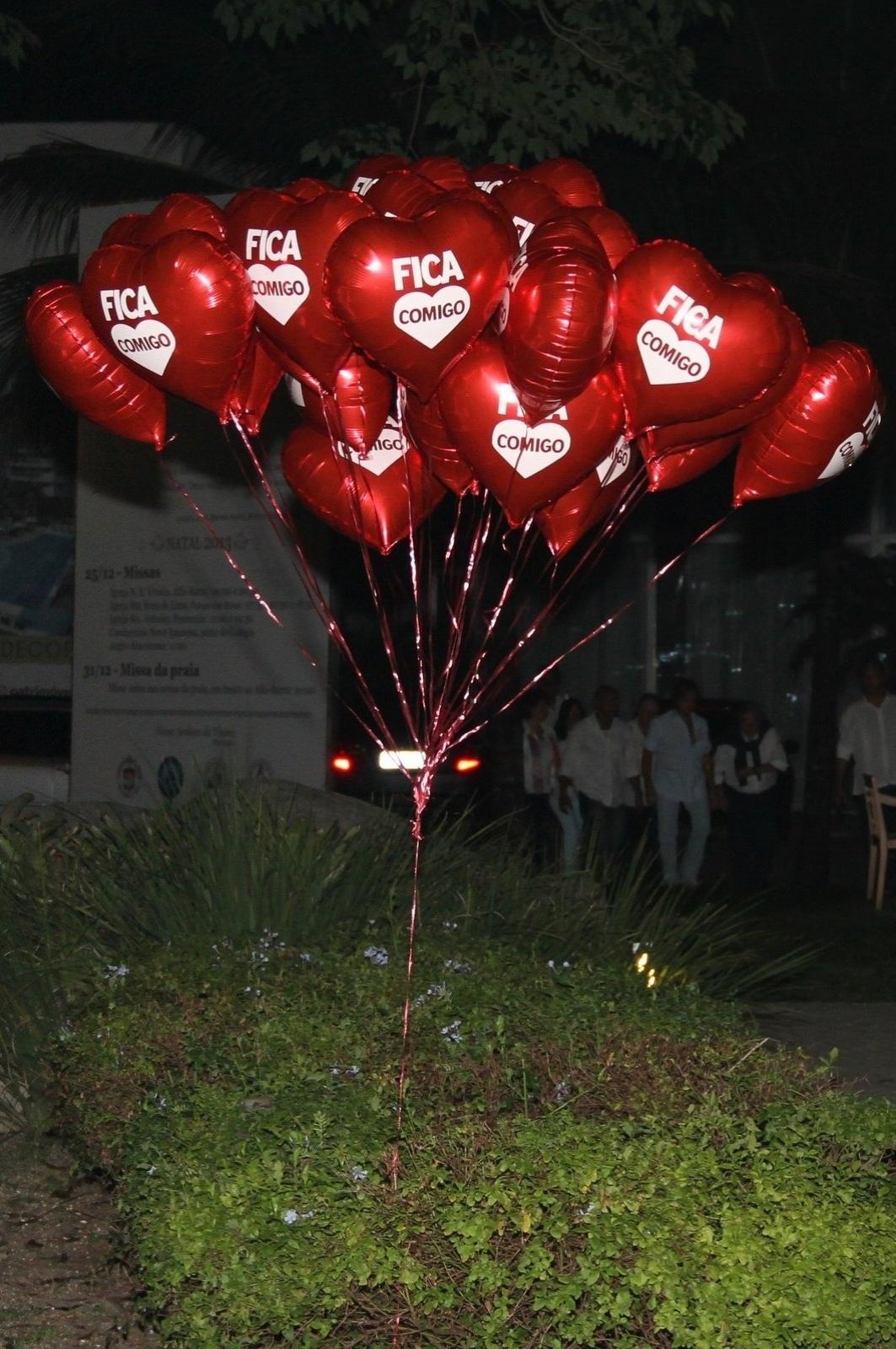 20.mai.2014 - Balões da banda Fica Comigo de Alexandre Pessoal, filho de Erasmo Carlos, homenageiam o vocalista em missa de sétimo dia, realizada no Rio de Janeiro