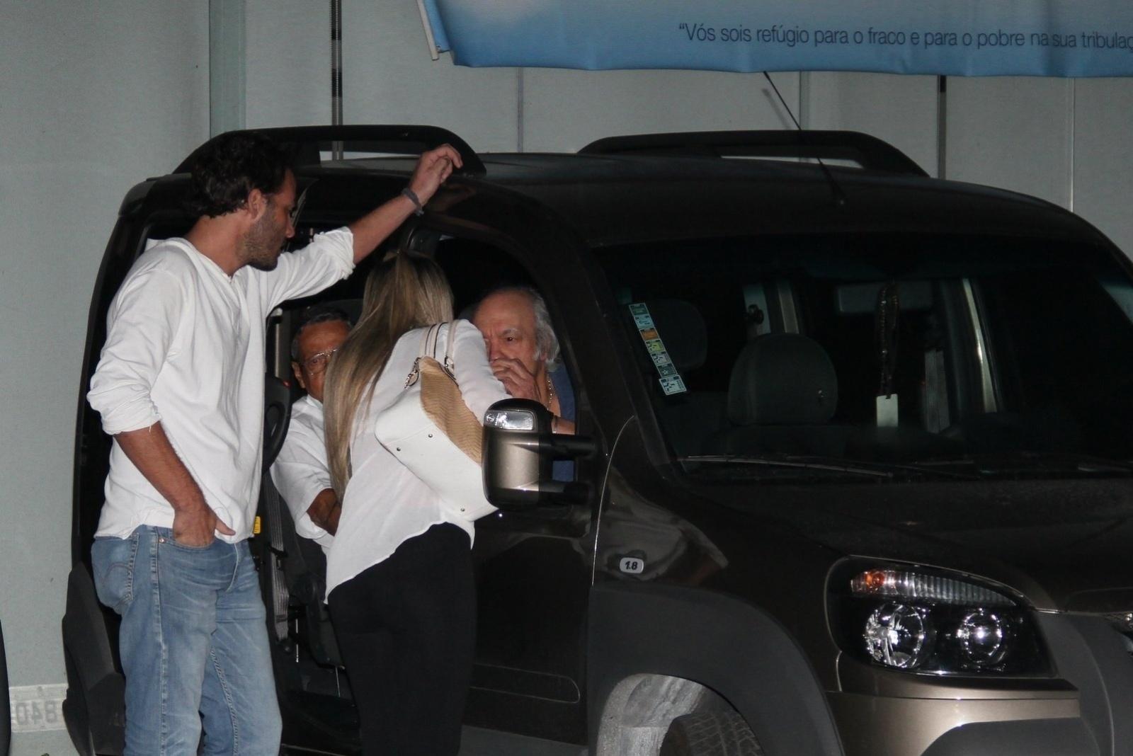20.mai.2014 - Eramos Carlos chega à missa de sétimo dia do filho Alexandre Pessoal na Capela Santo Antônio, na Barra da Tijuca, no Rio de Janeiro