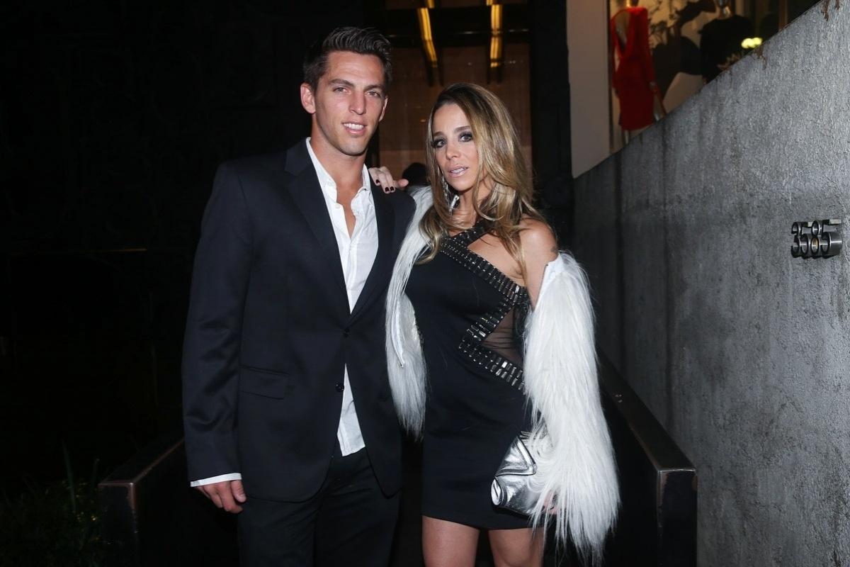 20.mai.2014 - Danielle Winits leva o namorado, Amauri Nunes, ao aniversário do empresário Rhoque Malizia, em boate na zona sul de São Paulo, na noite desta terça-feira