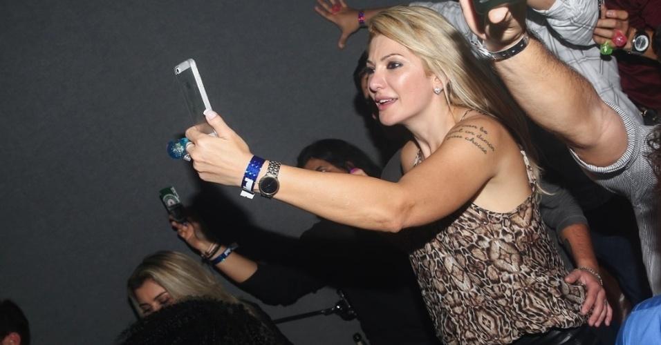 20.mai.2014 - Enquanto Antonia Fontenelle tira foto do palco, Thammy Miranda põe a mão na cintura dela no aniversário do empresário Rhoque Malizia, em boate na zona sul de São Paulo, na noite desta terça-feira