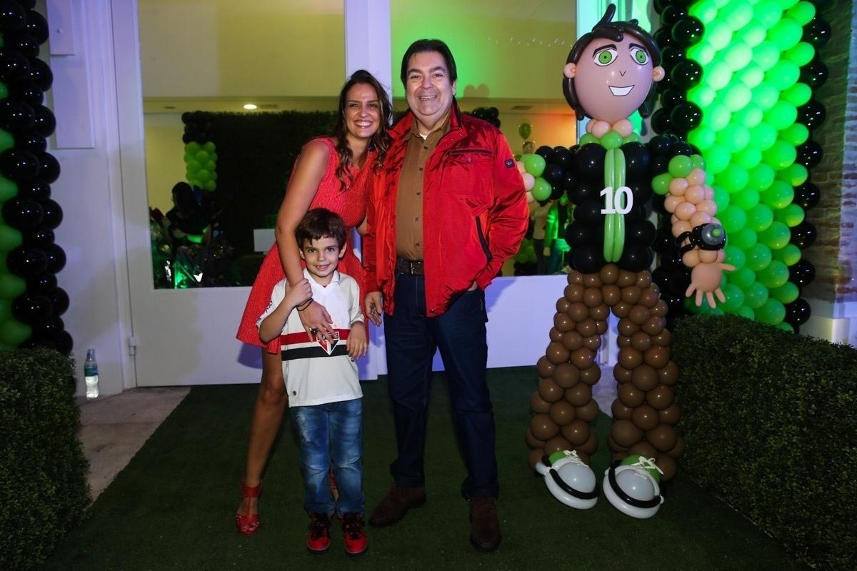 20.mai.2014 - Fausto Silva comemora os seis anos de seu filho Rodrigo ao lado da mulher, Luciana, em um buffet infantil de São Paulo