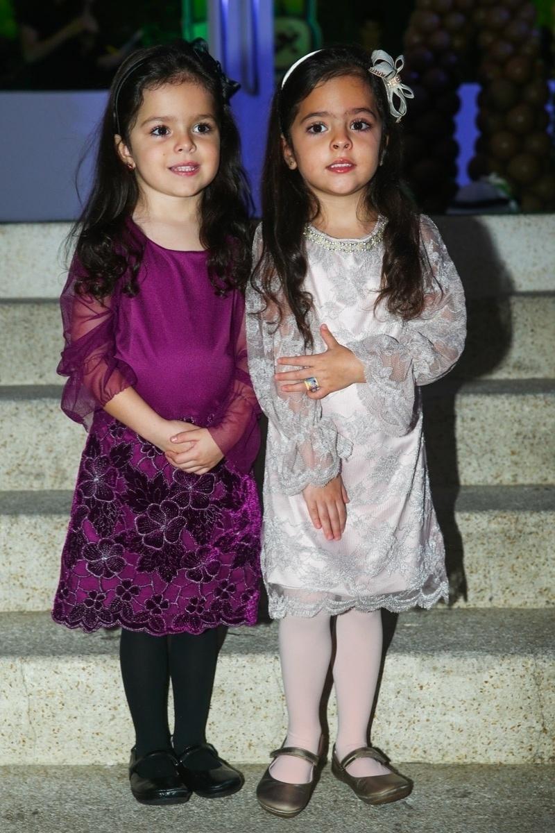 20.mai.2014 - Isabella e Helena, filhas do sertanejo Luciano e Flávia, chegam à festa de seis anos de Rodrigo, filho de Fausto Silva, em um buffet infantil de São Paulo. O garoto escolheu o tema