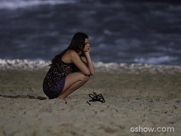 21.mai.2014 - Bruna Marquezine aparece pensativa durante a gravação de uma cena em uma praia do Rio