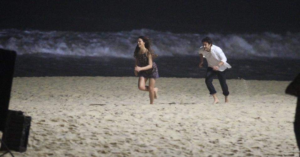 """21.mai.2014 - Bruna Marquezine e Gabriel Braga Nunes gravam cenas da novela """"Em Família"""" na praia do Recreio, no Rio"""