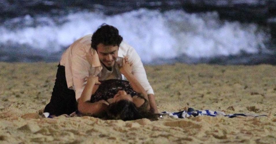 """21.mai.2014 - Bruna Marquezine e Gabriel Braga Nunes gravam cenas da novela """"Em Família"""" na praia do Recreio, no Rio. Os atores, que interpretam Laerte e Luiza, aparecem nas fotos se beijando na areia"""