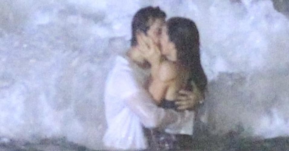 """21.mai.2014 - Bruna Marquezine e Gabriel Braga Nunes gravam cenas da novela """"Em Família"""" na praia do Recreio, no Rio. Os atores, que vivem Laerte e Luiza, se beijam no mar"""