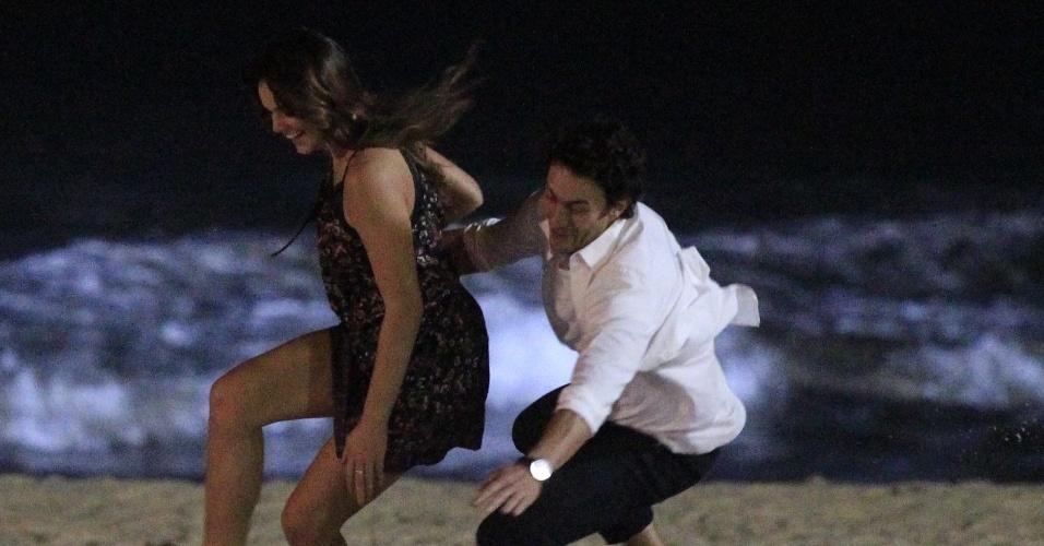 """21.mai.2014 - Bruna Marquezine e Gabriel Braga Nunes gravam cenas românticas de seus personagem Luiza e Laerte na novela """"Em Família"""""""