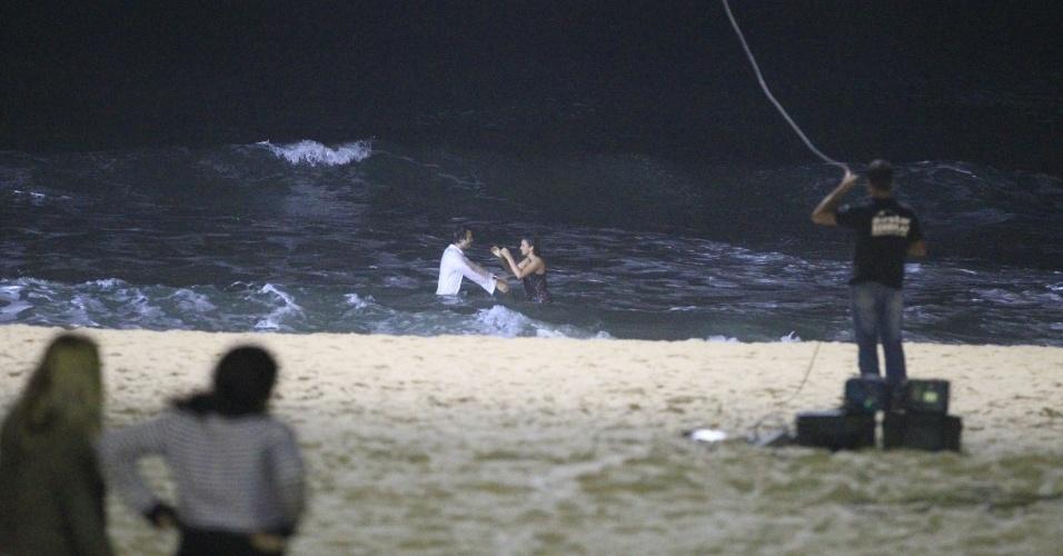21.mai.2014 - Bruna Marquezine e Grabriel Braga Nunes gravam cenas no mar da praia do Recreio
