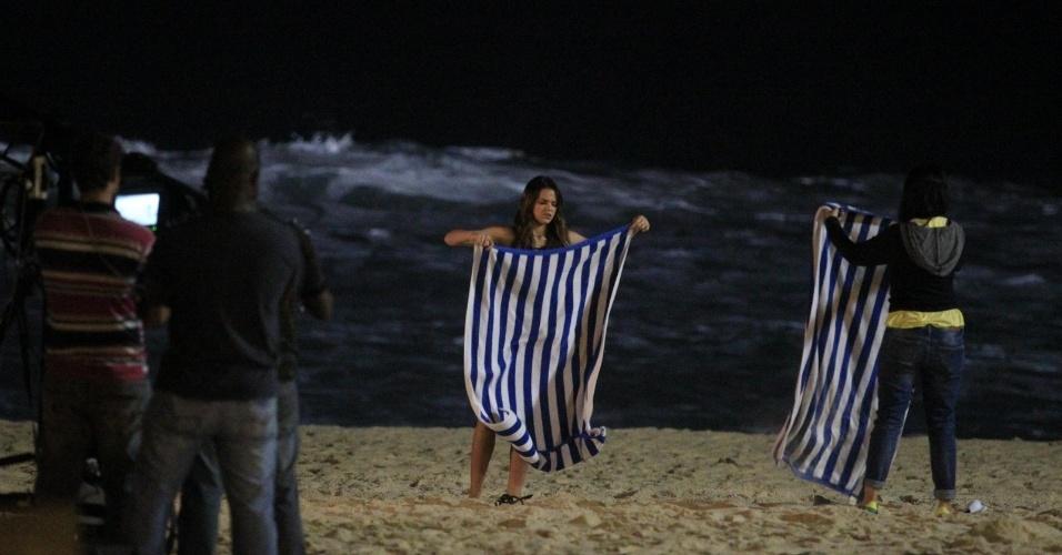 """21.mai.2014 - Bruna Marquezine nos bastidores das gravações da novela """"Em Família"""", na praia do Rio"""
