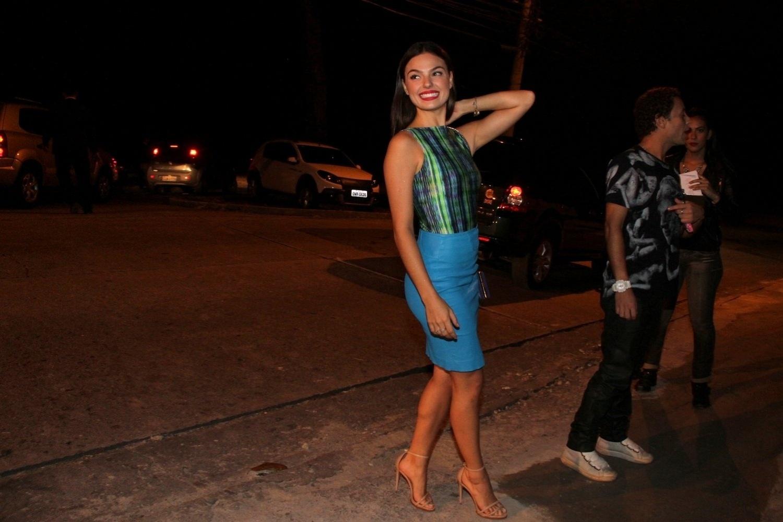 21.mai.2014 - Isis Valverde curte a festa de aniversário da atriz Giovanna Lancellotti em uma mansão no bairro do Joá, na zona sul do Rio de Janeiro