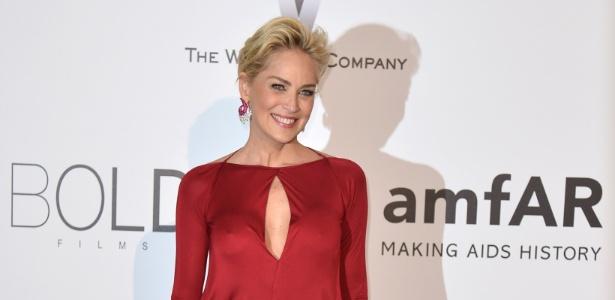 Madrinha do baile da amfAr, Sharon Stone chega ao evento no Milk Studios, em Los Angeles, nos Estados Unidos, na noite desta quarta-feira