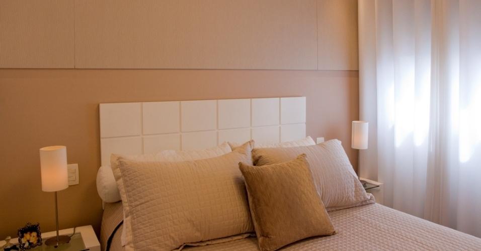 A pedido dos proprietários que desejavam apenas tonalidades de bege e nude, a arquiteta Elaine Gonzalez, do escritório UMM Arquitetura, trabalhou com tons pastel que proporcionaram um clima de bem estar e a sensação de claridade ao quarto. Repare que, sobre a base rosada, o branco da cabeceira salta aos olhos