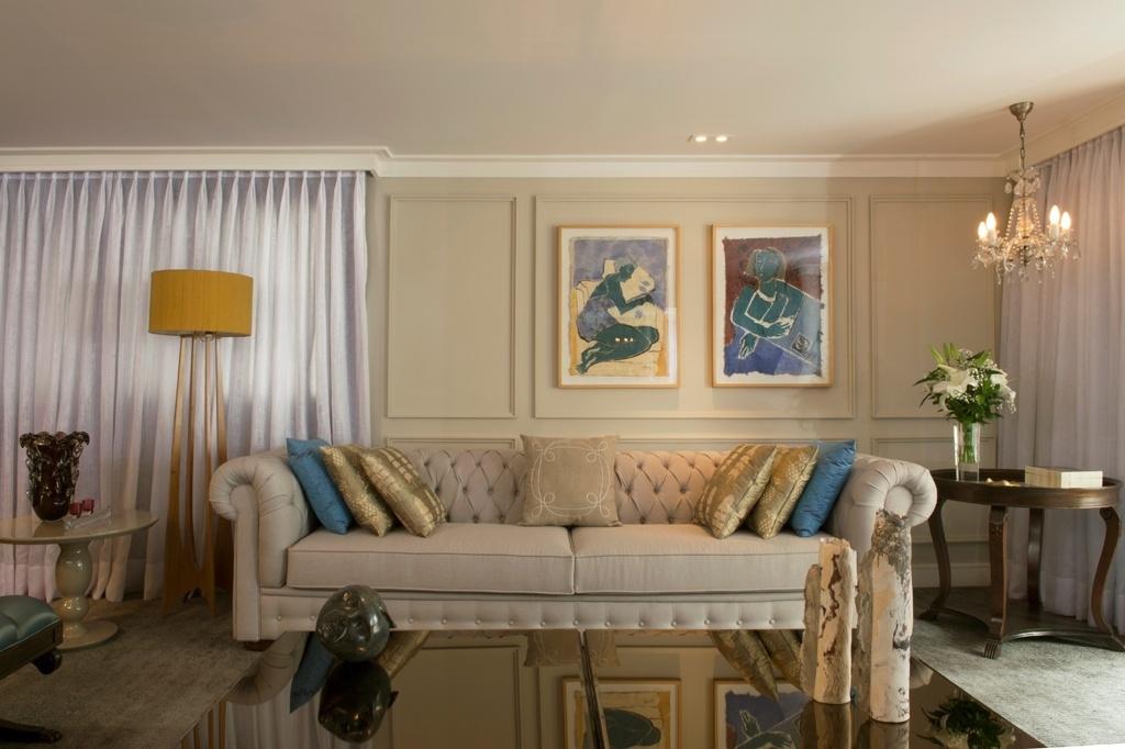Neste living, idealizado pelo escritório Abreu Borges Arquitetos, pode-se observar o uso mais atual dos tons pastel: com a predominância do bege, as pinceladas de cores mais vibrantes ficam restritas aos detalhes, como nas almofadas sobre o sofá chesterfield, na cúpula da luminária e nas obras de arte. O resultado é um ambiente aconchegante