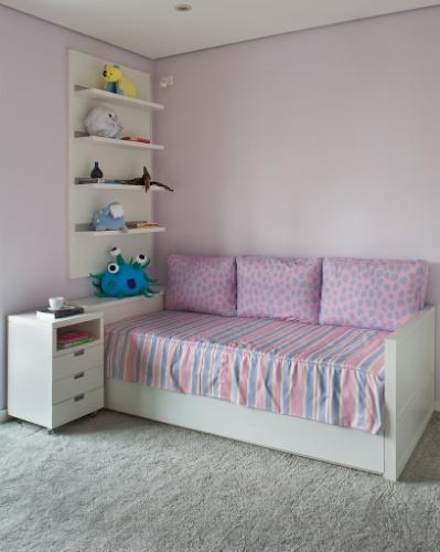 As arquitetas Ana Cristina Tavares e Claudia Krakowiak Bitran, da KTA, elegeram a predominância do lilás nas paredes e nos detalhes das almofadas e da roupa de cama deste quarto para uma menina.
