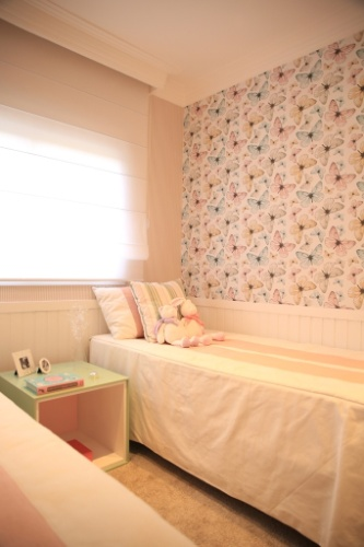 O ponto de partida deste quarto para duas meninas, projetado por Marcia Brunelo, foi o papel de parede com estampa de borboletas, instalado em apenas uma parede. (...)